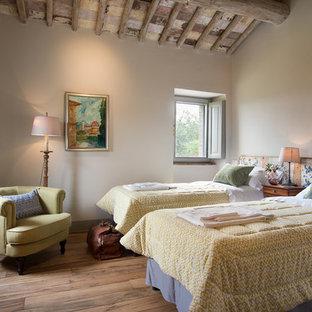 Ispirazione per una grande camera degli ospiti country con pareti bianche, parquet chiaro e nessun camino
