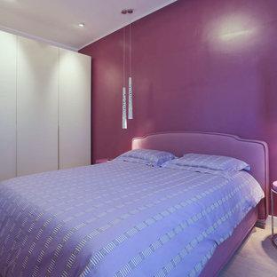 Foto de dormitorio principal, actual, grande, con paredes rosas y suelo de madera clara