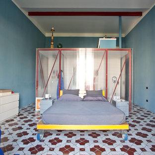 Modelo de dormitorio bohemio, grande, sin chimenea, con paredes azules, suelo de baldosas de cerámica y suelo multicolor