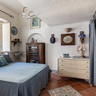 Idee per una piccola camera matrimoniale stile marino con pareti bianche e pavimento marrone