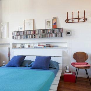 Пример оригинального дизайна: хозяйская спальня среднего размера в современном стиле с белыми стенами, темным паркетным полом, балками на потолке, деревянным потолком и коричневым полом