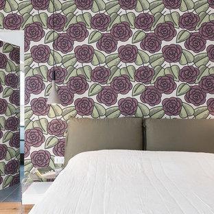 Idee per una camera matrimoniale design con pavimento in legno massello medio, pareti bianche e pavimento beige
