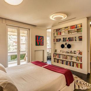 Idee per una camera da letto contemporanea con pareti bianche, parquet scuro e pavimento marrone