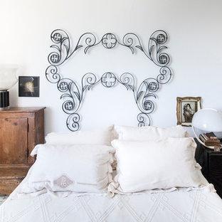 На фото: хозяйская спальня в стиле фьюжн с белыми стенами и полом из керамической плитки с