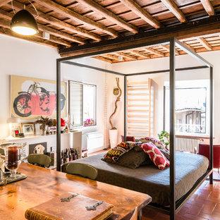 Stilmix Schlafzimmer mit weißer Wandfarbe und Terrakottaboden in Rom