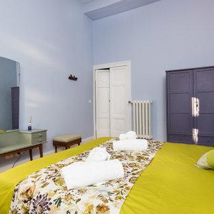 Ispirazione per una piccola camera da letto bohémian con pareti viola, pavimento in legno massello medio e pavimento marrone