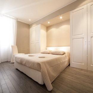 Esempio di una camera matrimoniale design con parquet scuro, pareti beige e pavimento marrone