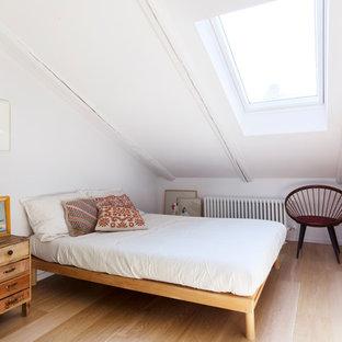 Foto di una camera da letto contemporanea con pareti bianche, parquet chiaro e pavimento beige