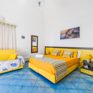 Immagine di una grande camera matrimoniale moderna con pareti bianche, pavimento turchese, soffitto a volta e pavimento in gres porcellanato