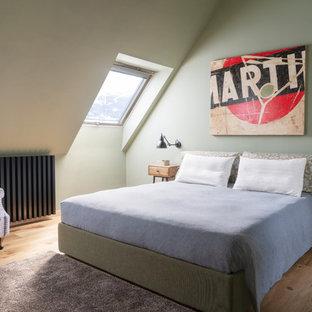 Idee per una camera da letto contemporanea con pareti verdi, pavimento in legno massello medio e nessun camino
