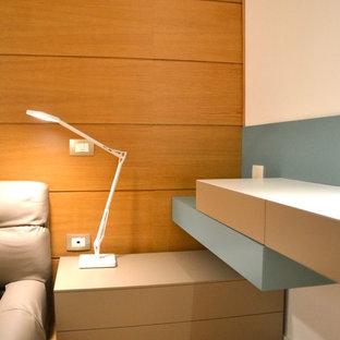 Modelo de dormitorio principal, contemporáneo, pequeño, con paredes multicolor y suelo de madera clara