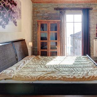 Esempio di una camera degli ospiti contemporanea di medie dimensioni con pareti multicolore, pavimento in legno massello medio e pavimento beige