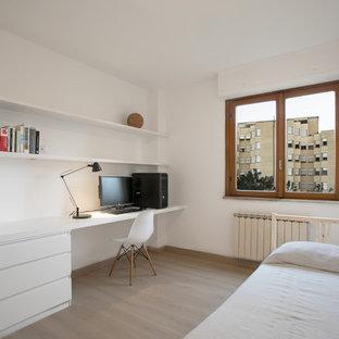 Idee per una camera da letto scandinava con pareti bianche, parquet chiaro e pavimento beige