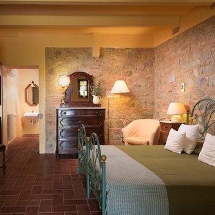 フィレンツェのカントリー風おしゃれな主寝室 (テラコッタタイルの床、赤い床)