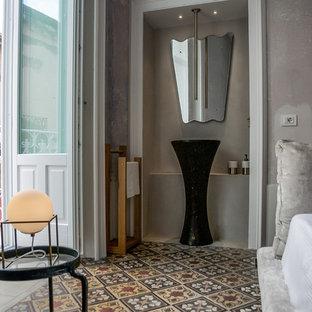 Foto di una stanza da bagno mediterranea con pareti grigie, lavabo a colonna e pavimento multicolore