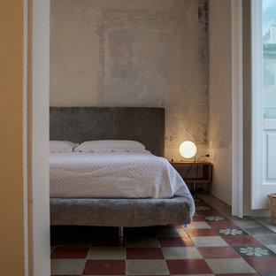 Foto di una camera da letto mediterranea con pareti grigie e pavimento multicolore