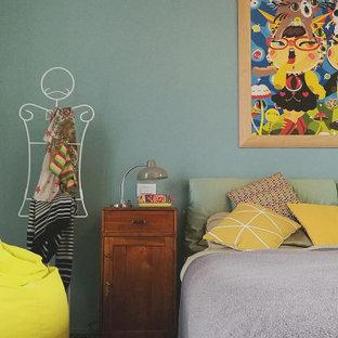 Modelo de dormitorio principal, romántico, de tamaño medio, con paredes verdes, moqueta y suelo multicolor