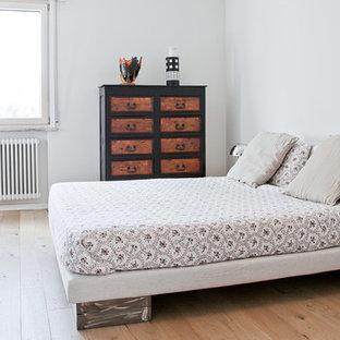 Foto di una camera matrimoniale minimal con parquet chiaro, pareti bianche e pavimento beige