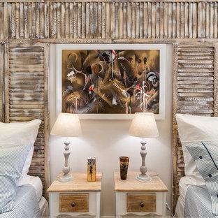 Idee per una camera degli ospiti stile marino di medie dimensioni con pareti bianche