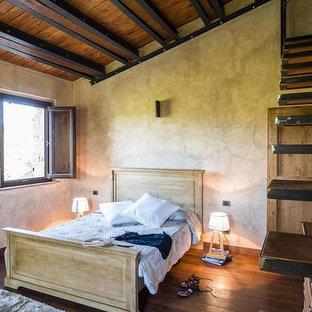 Esempio di una piccola camera matrimoniale country con pareti grigie, parquet scuro e pavimento marrone