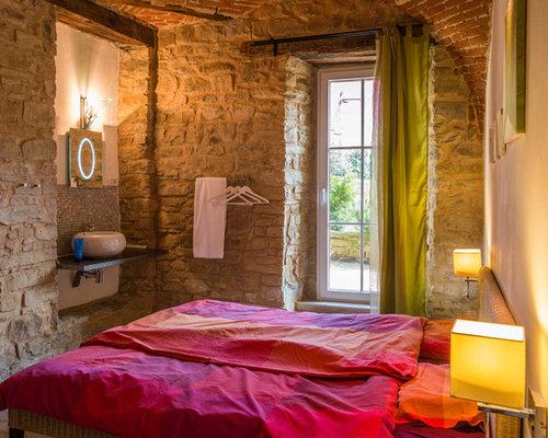 Camera da letto in campagna con pavimento in legno massello medio ...