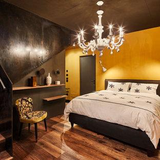 他の地域のコンテンポラリースタイルのおしゃれな寝室 (黄色い壁、無垢フローリング、茶色い床) のレイアウト