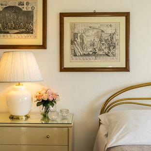 Immagine di una camera da letto chic con pareti bianche