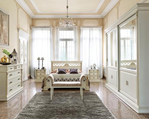 Camera da letto classica foto idee arredamento - Divano davanti porta finestra ...