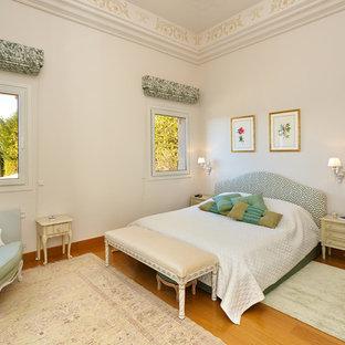 Idee per una camera matrimoniale tradizionale con pareti bianche, pavimento in legno massello medio e pavimento marrone