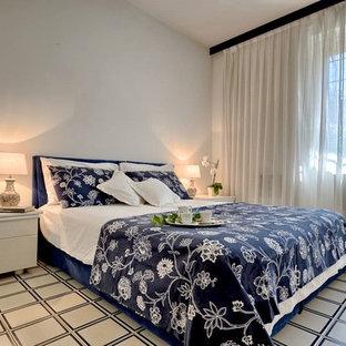 Idee per una camera degli ospiti chic di medie dimensioni con pareti bianche, pavimento con piastrelle in ceramica e pavimento multicolore