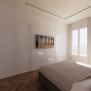 Ejemplo de dormitorio principal y papel pintado, clásico, grande, papel pintado, con paredes beige, suelo de madera en tonos medios, suelo amarillo y papel pintado