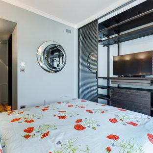 Idee per una camera da letto minimal di medie dimensioni con pareti grigie, parquet chiaro, pavimento marrone e pannellatura