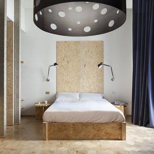 Idee per una grande camera matrimoniale industriale con pareti bianche e parquet chiaro