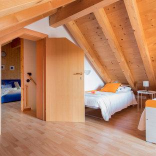Foto på ett funkis sovrum, med vita väggar, ljust trägolv och beiget golv