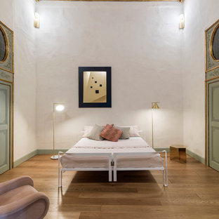 Foto di una grande camera matrimoniale contemporanea con pareti bianche, pavimento in legno massello medio e nessun camino