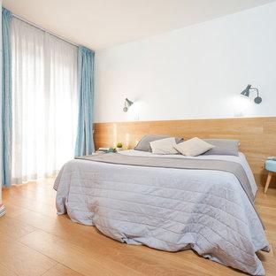 Idee per una camera matrimoniale minimal con pareti marroni, parquet chiaro e pavimento marrone