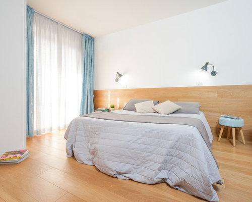Camera da letto con parquet chiaro e pareti marroni - Foto e Idee ...