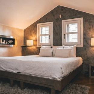 Esempio di una camera matrimoniale contemporanea di medie dimensioni con pareti grigie, parquet scuro e pavimento marrone