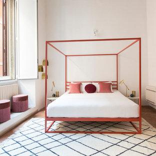 Foto di una camera da letto minimal con pareti bianche, pavimento in terracotta e pavimento rosso
