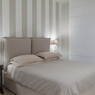 Modelo de dormitorio principal, romántico, pequeño, con paredes beige