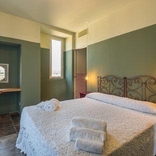 Ispirazione per una grande camera degli ospiti mediterranea con pareti multicolore e pavimento grigio