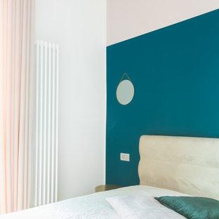 Idee per una camera matrimoniale nordica di medie dimensioni con pareti rosa, parquet chiaro e pavimento marrone