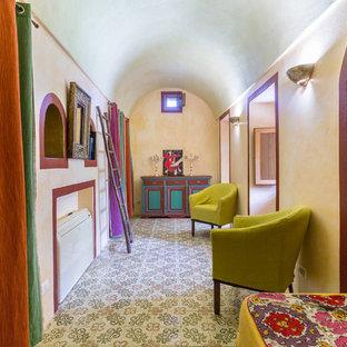 Immagine di una camera da letto mediterranea con pareti beige e nessun camino