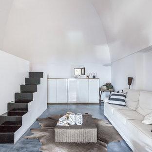 Foto di una camera da letto costiera con pareti bianche e pavimento grigio