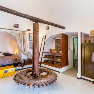 Foto di una camera matrimoniale mediterranea di medie dimensioni con pareti bianche e pavimento bianco