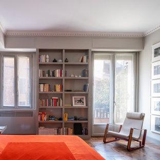 Ispirazione per una grande camera matrimoniale contemporanea con pareti grigie, parquet scuro e pavimento marrone