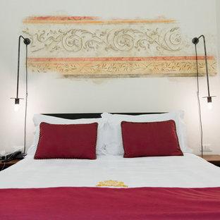 На фото: с высоким бюджетом спальни среднего размера в классическом стиле с бежевыми стенами, кирпичным полом и бежевым полом