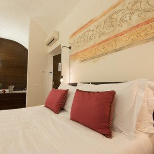 Стильный дизайн: спальня среднего размера в классическом стиле с бежевыми стенами, кирпичным полом и бежевым полом - последний тренд