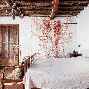 他の地域のカントリー風おしゃれな寝室 (白い壁、テラコッタタイルの床、赤い床) のインテリア