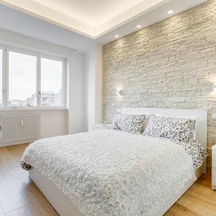Esempio di una camera da letto minimal con pareti bianche, parquet chiaro e pavimento beige